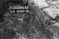 Vue détaillée du sondage 16, surface 4 : sol bétonné (sondages exploratoires sous la direction de M. Moliner) (La Grande Pièce, Flassans-sur-Issole, Var).