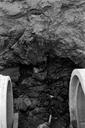 Vue rapprochée de la tranchée de canalisation sud : mur coupé au niveau du regard central. Recherches effectuées dans les riches déblais découverts lors de la construction d'une résidence (L'Argentière, Fréjus, Var).