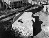 Vue rapprochée d'un bloc de grand appareil : bloc caractéristique (à trou central) utilisé pour l'ancrage du velum (Amphithéâtre, Fréjus, Var).