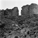 Vue partielle de la partie sud de l'édifice en 1973 : restes des gradins constitués d'une maçonnerie reposant sur des blocs de grès (Amphithéâtre, Fréjus, Var).