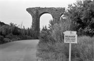 Vue générale de la troisième arche (à partir de la culée amont) de l'aqueduc enjambant le CD 637 (Gargalon, Fréjus, Var).