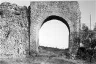 Vue de face : le rempart et l'arche de l'aqueduc traversant une tour (disparue) (Sainte-Croix, Fréjus, Var).