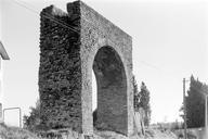 Vue latérale d'une arche de l'aqueduc (Sainte-Croix, Fréjus, Var).