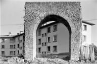 Vue de face d'une arche de l'aqueduc devant l'immeuble du HLM (Sainte-Croix, Fréjus, Var).
