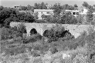 Vue d'ensemble des cinq arches en grès gris du pont-aqueduc (Bérenguier, Fréjus, Var).