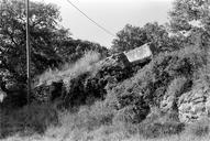 Vue partielle d'un fragment de conduite de l'aqueduc (HLM Malpasset, Fréjus, Var).