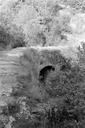Vue rapprochée du pont, reconstruit au XIXe s. sur l'emplacement de l'arche originale, traversant le vallon étroit en aval de la Roche-Taillée (Les Ambus, Mons, Var).