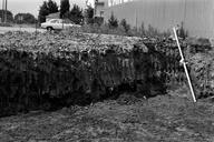 Vue générale de la fosse d'argile des fondations du bâtiment n° 3 : paroi nord-ouest. Recherches effectuées dans les riches déblais découverts lors de la construction d'une résidence (L'Argentière, Fréjus, Var).