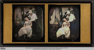 Mann nähert sich einer schlafenden Frau auf Stuhl