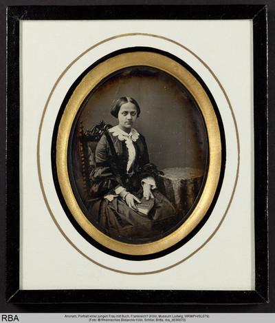 Portrait einer jungen Frau mit Buch