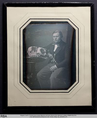 Portrait eines jungen Mannes mit Hund