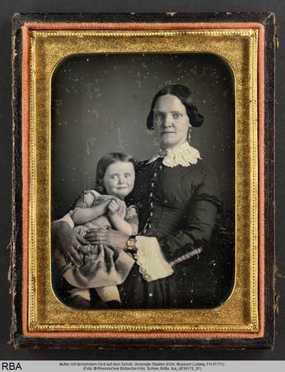 Mutter mit lächelndem Kind auf dem Schoß