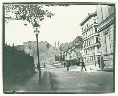 Parochialstraße, im Westen die Türme der Nikolaikirche, Baubeginn des Stadthauses