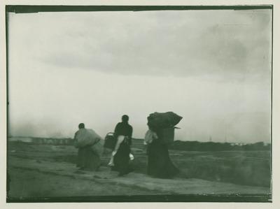 Drei Reisigsammlerinnen auf dem Heimweg, Blick auf Charlottenburg
