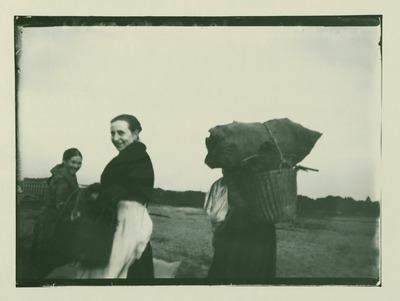 Drei Reisigsammlerinnen, mit Blick auf die Gemeindeschule an der Sophie-Charlotte[n]-Str.