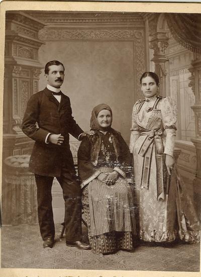 Драга и Станислав Јанковић са баком