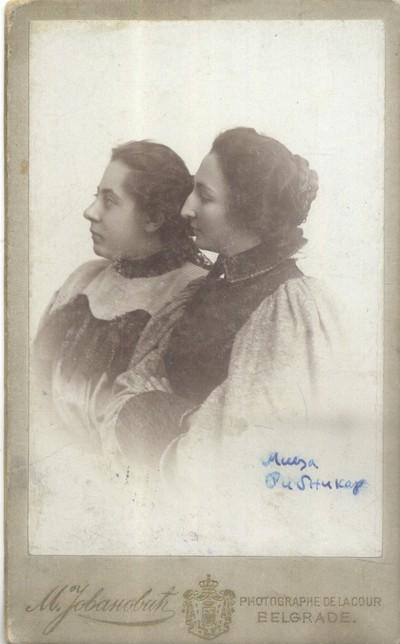 Милица Рибникар са пријатељицом