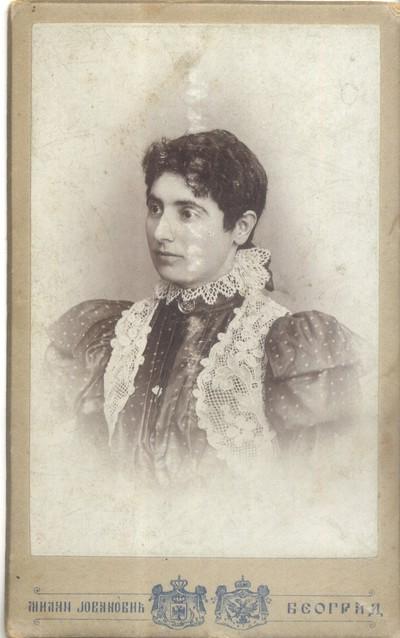 Портрет жене у свечаној хаљини