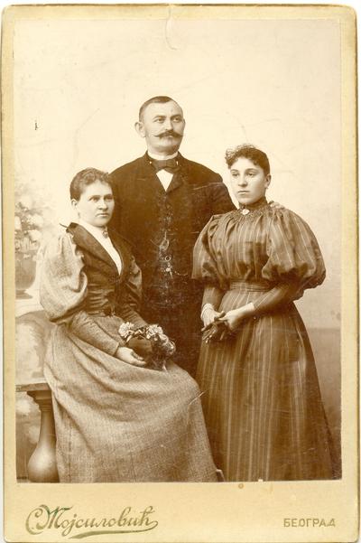 Господин и две госпође у грађанском оделу