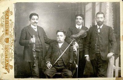Мија са два сина и са једним чланом своје дружине