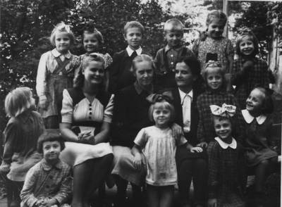 Nežinomas autorius. Beatričė Grincevičiūtė vaikų būryje. 1947
