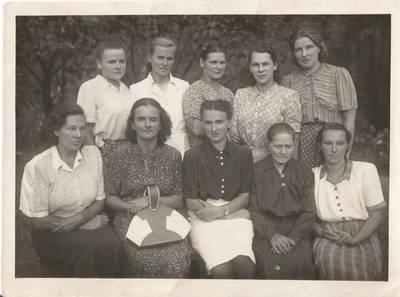 Beatričė Grincevičiiūtė jaunystėje su darželio darbuotojomis