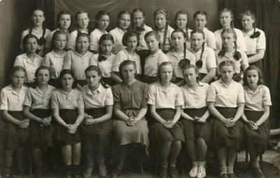 Prancūzų k. mokytoja Kunigunda Viltrakytė (Kaziūnienė) su mokinėmis. 1940