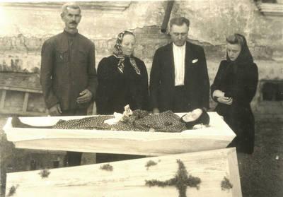Magdalenos Černiauskienės laidotuvės Machlakovkoje. 1952