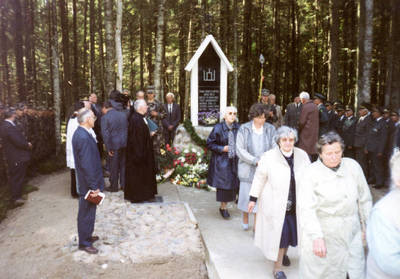 Paminklo partizanams atidengimas Biržų girioje. 2000-09-17