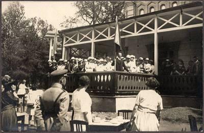 Nežinomas XX a. I p. fotografas. Klaipėdos krašto lietuviai Kaune, prie paviljono Vytauto kalne. 1921-05-15