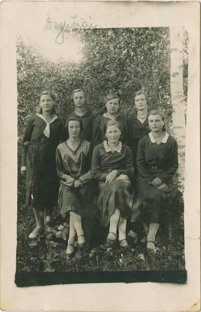 Adelė Malaiškaitė su draugėmis. 1940