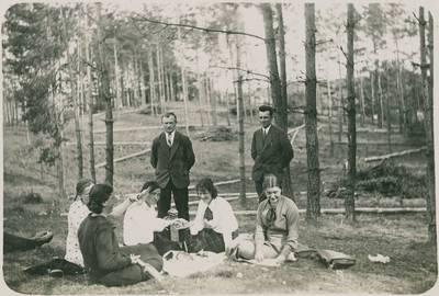 Jaunimo piknikas miške. 1940