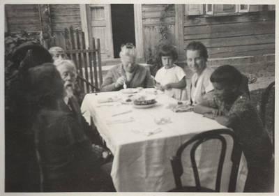 Matulaičių ir Lozoraičių šeimos Domeikuose. 1950