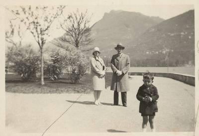 Diplomatas Stasys Lozoraitis su žmona Vincenta ir sūnumi Stasiu Italijoje. 1950