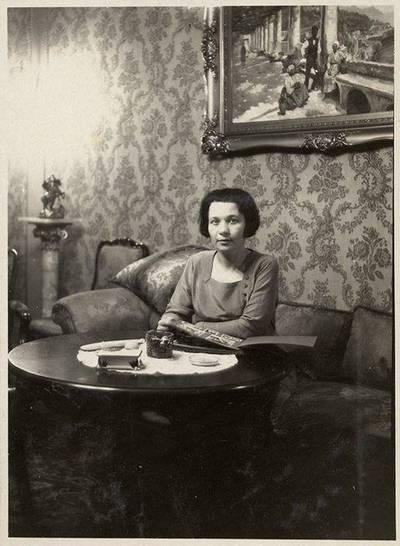 Moteris interjere. 1950