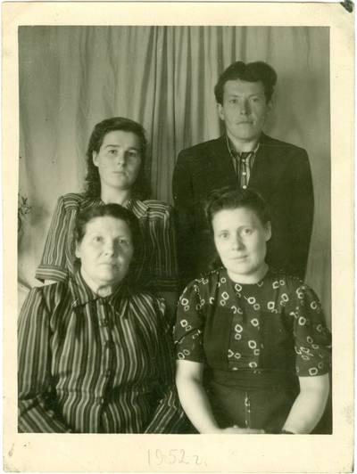 Nežinomas autorius. Lietuvių tremtinių Mikalajūnų šeima. 1952