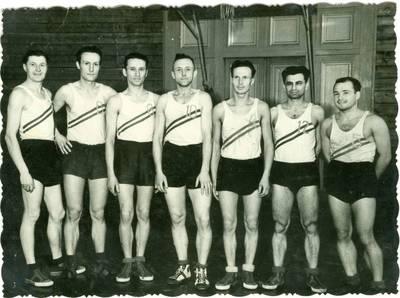 Nežinomas autorius. Lietuvių Sibiro tremtinių krepšinio komanda. 1955