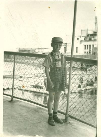 Nežinomas autorius. Tremtinių Reginos ir Juozo Grinkevičių sūnus Jurgis Jakutsko prieplaukoje. 1957