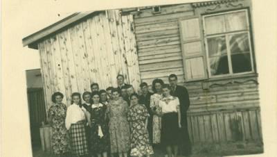 Nežinomas autorius. Tremtiniai Jakutske prie barako, kuriame gyveno. 1955