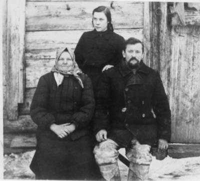 Nežinomas autorius. Rita Ivanauskaitė-Rutkauskienė, Vanda ir Antanas Markevičiai tremtyje. 1954