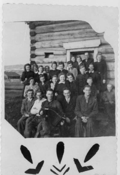 Nežinomas autorius. Lietuviai tremtiniai švenčia Šv. Velykas. 1954