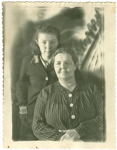 Nežinomas autorius. Danutė Sprangauskaitė-Bačarova su motina Kotryna Sprangauskiene Trofimovske. 1951