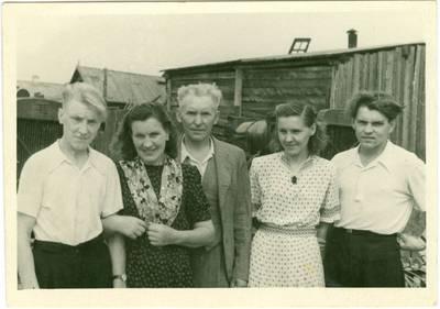 Nežinomas autorius. Tremtinių Rapkauskų šeima prie namo, kuriame gyveno tremtyje Jakutske. 1951