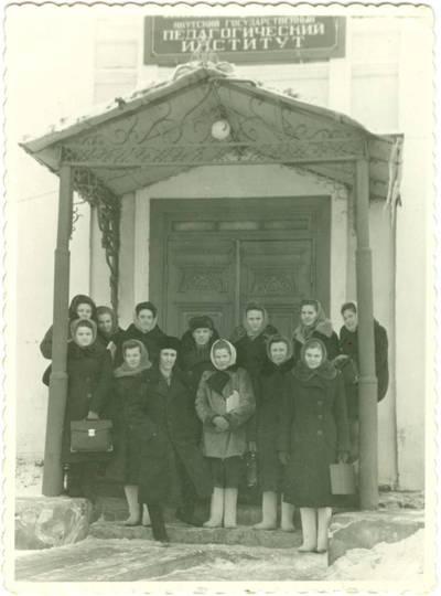 Nežinomas autorius. Jakutsko Pedagoginio instituto antro kurso studentai prie įėjimo į institutą. 1953