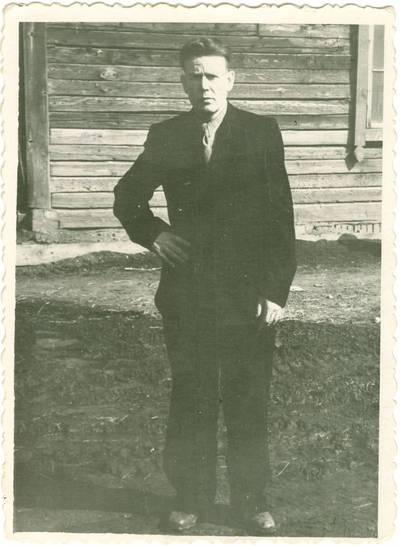 Nežinomas autorius. Tremtinys Jonas Daukša prie barakų Pečioros lageryje. 1948