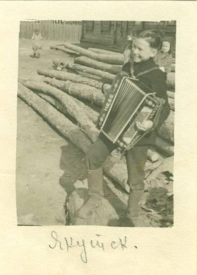 Nežinomas autorius. Leonidas Kebleris groja bajanu Jakutske. 1951
