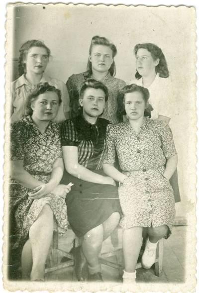 Nežinomas autorius. Tremtinė Birutė Laskevičiūtė tarpe kitų moterų Kirtimų lageryje. 1951