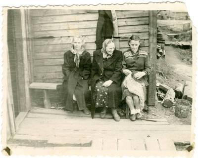 Nežinomas autorius. Tremtinio Mindaugo Babono motina su dukromis Vorkutoje. 1958