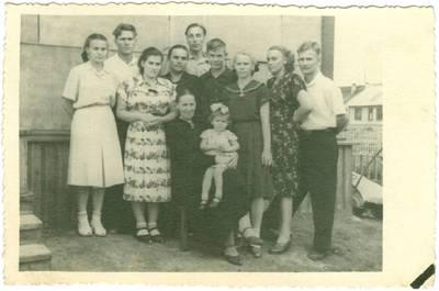 Nežinomas autorius. Elena Lipčiūtė-Babonienė su vaikais ir anūkais tremtyje. 1964