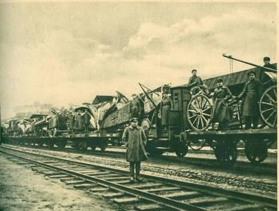 Nežinomas autorius. Orlaiviai ir kitas karo grobis, atimtas iš bermontininkų, Kauno geležinkelio stoty. 1920